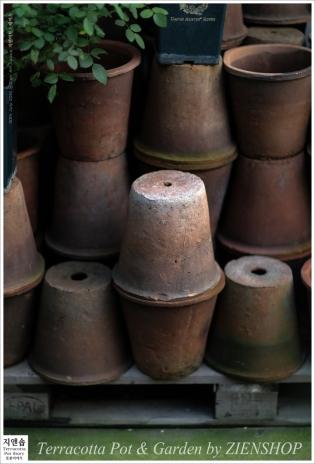 고즈넉이 쌓여있는 빈티지토분 썸네일 사진