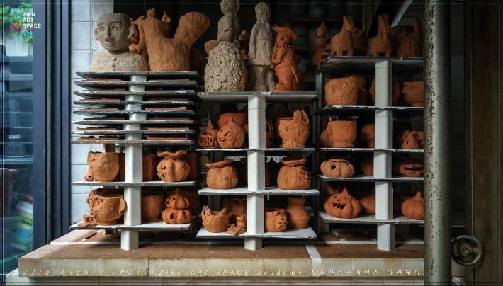 가마에서 구워져 나온 얼굴토분들과 잭오랜턴 썸네일 사진